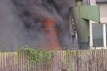 Z pěti hořících pneumatik se valil hustý černý dým, který byl viditelný z velké dálky