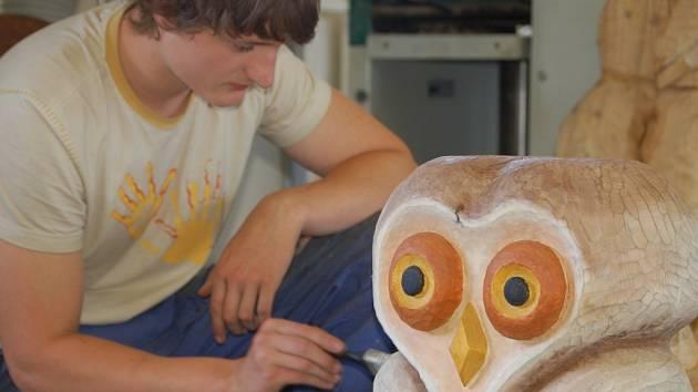 Studenti střední řezbářské školy z Tovačova dokončují v těchto dnech výrobky, které budou k vidění na tradiční výstavě ve dnech 19. až 21. června.