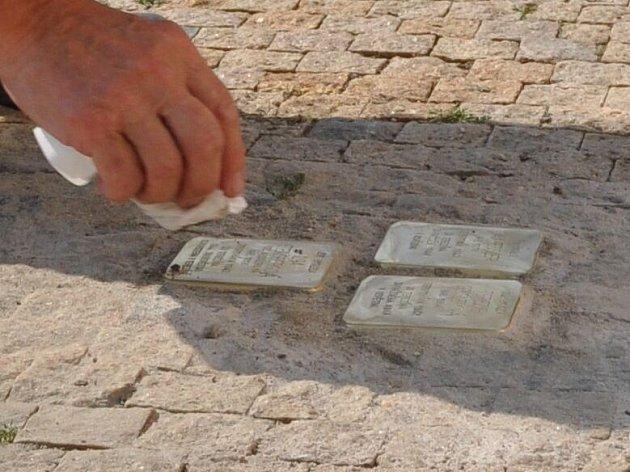 Historicky první tři Stolpersteine, nebo-li Kameny zmizelých, uložil Gunter Demnig pod dohledem iniciátorky Hany Horynové. Stalo se tak ve středu 5. srpna na Masarykově náměstí před domem číslo 5.