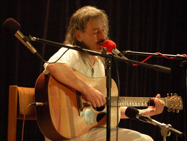Přerovský klub Teplo zaplnil ve středu večer do posledního místečka koncert známého folkového zpěváka a kytaristy Vlasty Redla.