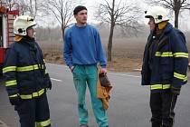 Petr Kočí mezi hasiči na místě vážné dopravní nehody. Zachránil tři životy.
