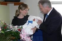 Hejtman olomouckého kraje Ivan Kosatík oficiálně přivítal první dítě olomouckého kraje, které se narodilo v prostějovské porodnici.