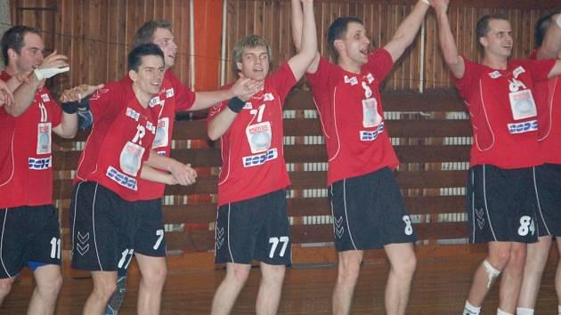 Přerovští házenáři porazili v předposledním kole na domácí palubovce Dvůr Králové 28:19 a jsou největším aspirantem na vítězství v první lize.