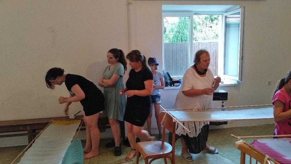 V Horních Těšicích malovali na hedvábí.