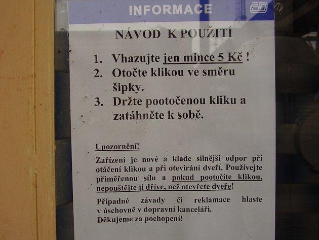 Vlakové nádraží v Přerově instruuje návštěvníky záchodů o způsobu použití.