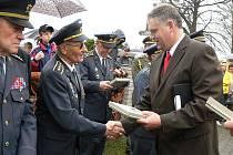 V Bělotíně v sobotu 1. května uctili památku obětí druhé světové války a pohřbili ostatky dvou letců.