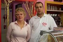 Manželé Kráčmarovi ve své cukrárně.