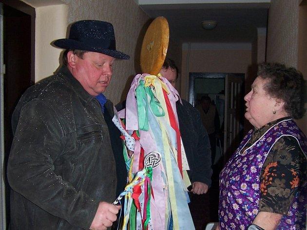 Tradičním ohodnocením za výprask a říkanku bylo vajíčko, pro starší štamprlička. Na nejednu sukni dopadla dvoumetrová vařecha, se kterou šel po pomlázce jeden z mužů v Horní Moštěnici.
