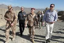 Premiér Petr Nečas v doprovodu náčelníka Generálního štábu AČR generálporučíka Petra Pavla, 1. náměstka ministra zahraničních věcí Jiřího Schneidera a podplukovníka Jana Zezuly (vlevo) po přistání na základně Solthan Kheyl v provincii Wardak.
