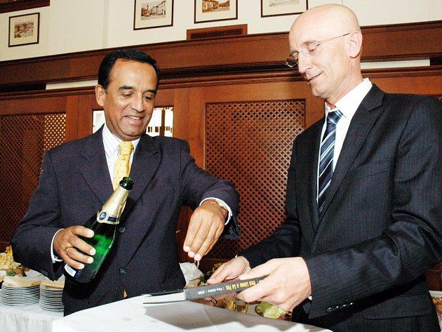 Peruánský velvyslanec Alberto Efraín Baranina (vlevo) křtí spolu s Ivem Valentou knihu o Peru a Bolívii.