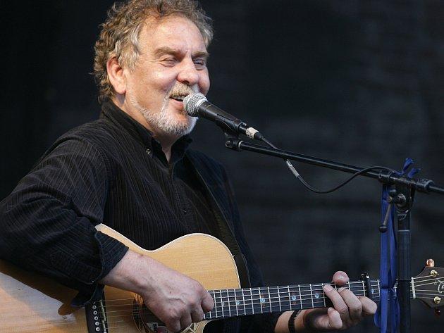 Písničkář Stanislav Wabi Daněk neustále rozdává z pódií radost a dobrou náladu.