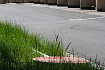Značka v jednů z ulic na Hromůvce leží v trávě již několik týdnů