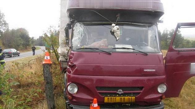 Jízdu v prudké pravotočivé zatáčce nezvládl dvacetiletý řidič nákladního vozu Avia, který havaroval ve středu kolem kolem třetí hodiny odpoledne na silnici u Potštátu ve směru na Odry.