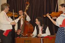Plesem v klubu Teplo skončilo setkání organizace Duha pro děti a mládež. K tanci i poslechu hrála cimbálovka Primáš.