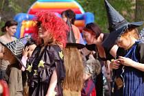 Na zámeckém nádvoří se konal slet čarodějnic.