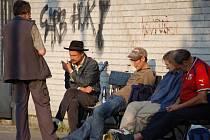 Skupinka přerovských bezdomovců se už ve čtvrtek v sedm ráno v silně podnapilém stavu povalovala po lavičkách u místního nádraží.