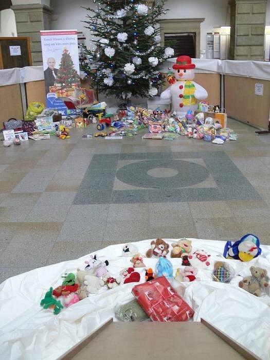 Ve dvoraně hranického zámku probíhá v těchto dnech čtvrtý ročník dobročinné sbírky dárků. Lidé je mohou nosit až do středy 19 prosince.