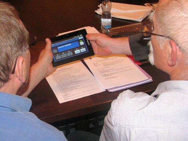 Hlasování pomocí elektronického zařízení. Ilustrační foto