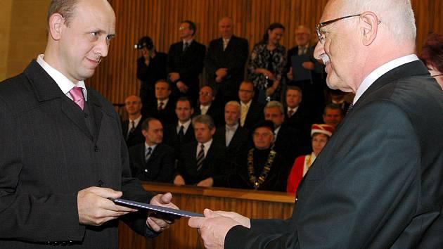 Přerovského lékaře jmenoval Václav Klaus univerzitním profesorem.