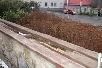 Zub času se podepsal na dřevěných deskách laviček před kinem Svět.