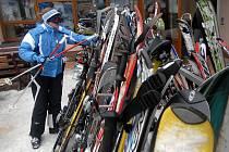 Podobně jako na Ramzové to vypadá i v ostatních střediscích. Lidé nechávají lyže volně před restauracemi.