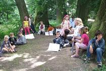 Děti ze základní školy ve Skaličce se učily u stromu z aleje, která zvítězila v krajském kole Stromu roku a postoupila do celostátního finále.