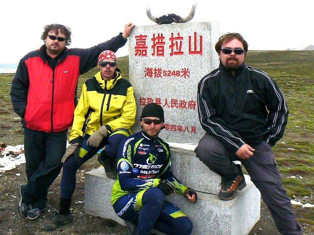 Informační tabulka v čínštině potvrzuje, že výprava dorazila do zákadního tábora pod Everestem.