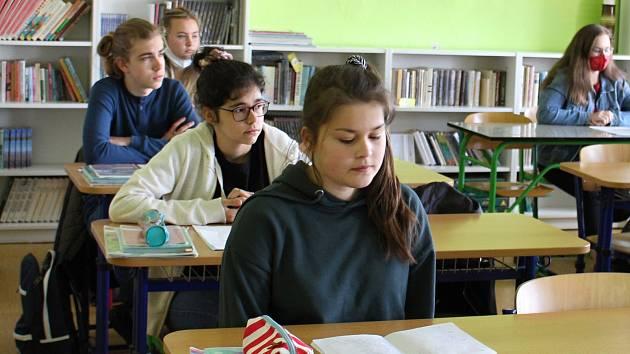 Po dvouměsíční pauze se vrátili do školních lavic také deváťáci ze ZŠ 1. máje v Hranicích