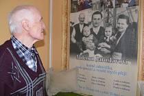 Dnes pětaosmdesátiletý Jaroslav Hyža z Hustopečí nad Bečvou si prohlíží fotografii, na níž mu bylo 32 let. Za ním sedí jeho dědeček, který stejně jako on pomáhal za války partyzánům.