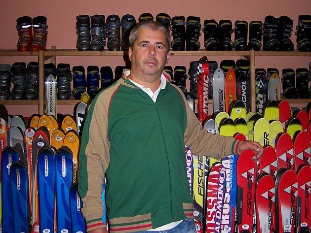 V zimě nebo v létě, Libor Boháč je stále obklopený spoustou lyží.