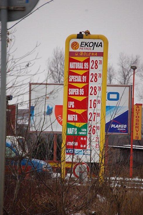 Velké rozdíly. Ceny za benzin i naftu se od začátku roku výrazně zvedly. Řidičům se vyplatí si tankování dobře rozmyslet. I v Přerově byly 5. ledna rozdíly mezi cenami za litr benzinu až osmdesát haléřů.