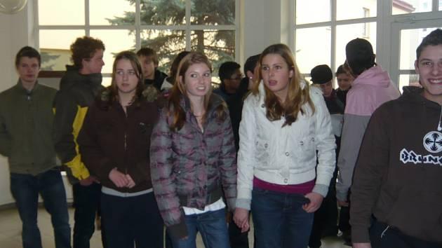V pondělí odpoledne do Hranic dorazily čtyři desítky nizozemských teenagerů, společné chvíle budou v českých rodinách trávit až do soboty.