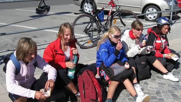 Stokilometrová cesta domů dala mnohým studentům řádně zabrat.
