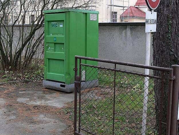 Mobilní WC u hranického úřadu práce