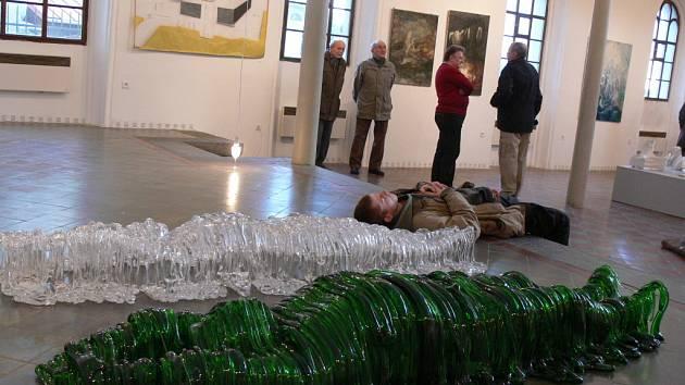 Umělecká tvorba mladých výtvarníků poutá pozornost návštěvníků hranické Synagogy.