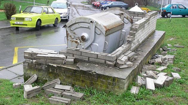 Rozbité zídky kolem kontejnerů hyzdí v Hranicích například ulice Mlýnský Příkop nebo Na Hrázi
