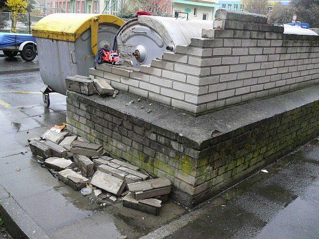 Rozbité zídky kolem kontejnerů hyzdí vHranicích například ulice Mlýnský Příkop nebo Na Hrázi