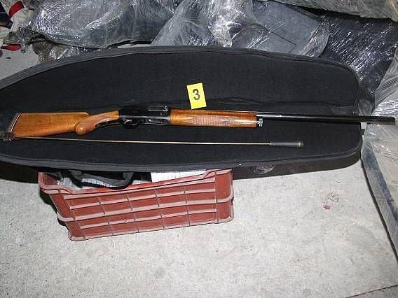 U muže v Bělotíně se našly drogy i zbraně.