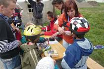 Účastníci cyklovyjížďky zamířili do areálu letního kina, kde byla připravena řada zajímavých soutěží pro děti.