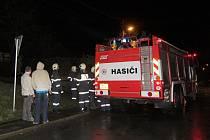 Hraničtí hasiči vyjížděli v sobotu večer do Zámrsk, kam je jeden z místních povolal kvůli jiskřícímu elektrickému vedení.