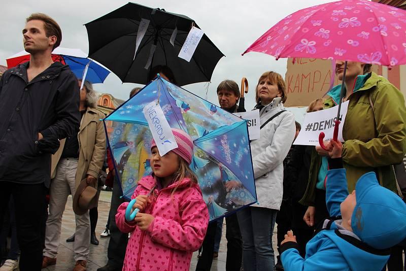 Demonstrace za nezávislost justice v Hranicích na Masarykově náměstí v úterý 28. května.