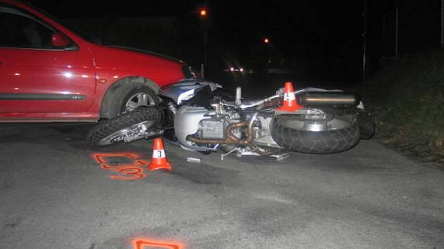 Motorkář byl z místa nehody převezen do nemocnice v Hranicích.