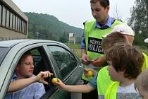 Hraničtí školáci spolu se strážníky se zúčastnili dopravně bezpečnostní akce, při níž se zaměřili na řidiče nedodržující rychlost v obci.