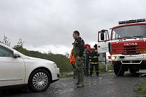 Hasiči včera vytahovali auto, které uvízlo u zaplaveného mostu v blízkosti Hustopeč.