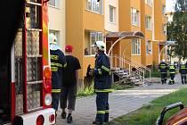 Kvůli doutnajícímu hrnci v bytě jednoho z panelových domů zasahovaly na Rezkově ulici v Hranicích tři hasičské vozy