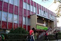 Těžkou hlavu má vedení hranické Základní školy 1. máje s budovou tzv. červené jídelny, kde má tato škola učebny a kam chodívají děti na oběd.