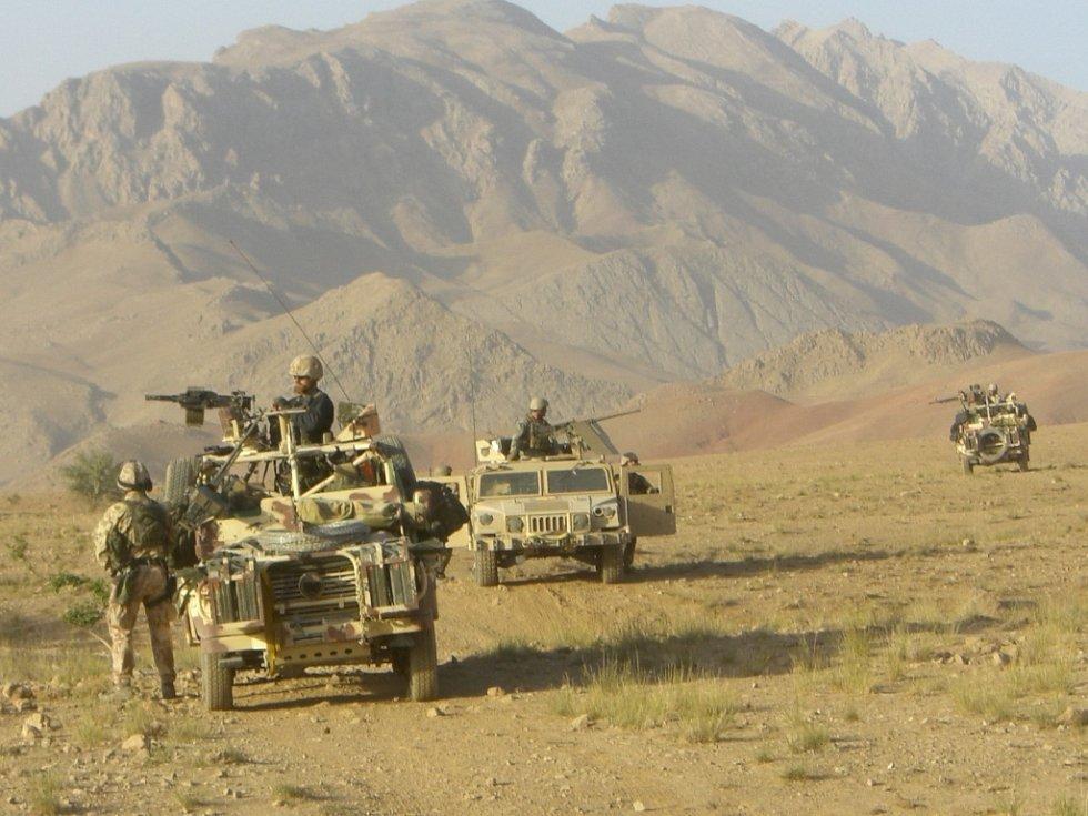 Prostějovští vojáci projíždějí Afghánistánem.