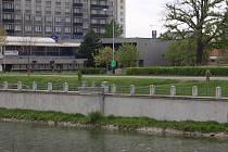 Z jedné strany funkcionalistická stavba Sokolovny a z druhé zase typický normalizační objekt bývalého hotelu Strojař. V takovém sousedství se bude nacházet osmipodlažní obytný dům, kterému dali nyní přerovští zastupitelé zelenou.