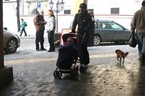 V Zámecké ulici je chodník vydlážděn kachličkami, které mohou být v mokru a sněhu nebezpečné.