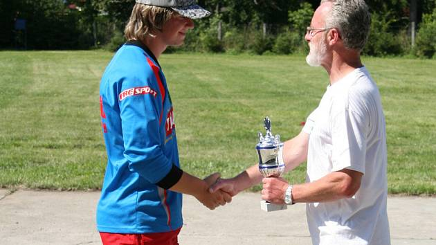 Pohár pro vítězné týmy hasičské soutěže předával starosta Hranic Miroslav Wildner.